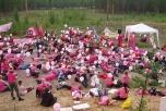 Bild på 200 rosa fredsaktivister utanför Vidsels militära övningsanläggning