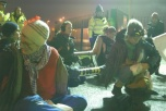 Bild på ofogaktivister som blockerar kärnvapenbasen i Aldermaston.