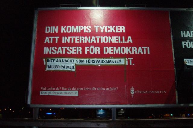 En reklamskylt med omgjord text.