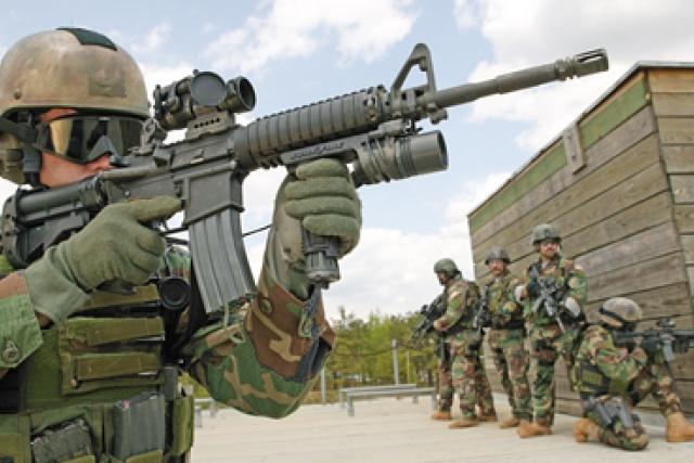 Soldat med Aimpointsikte på sitt gevär