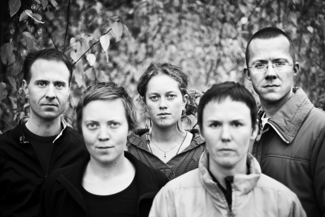Svartvit porträttbild på Martin, Anna, Cattis, Annika och Pelle