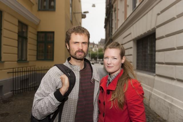 Porträtt av två personer på en gata