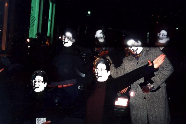 6 personer med Ulla Röders ansikte som pappersmasker