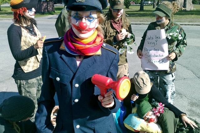 Fem arméclowner. Den närmaste har en leksaksmegafon