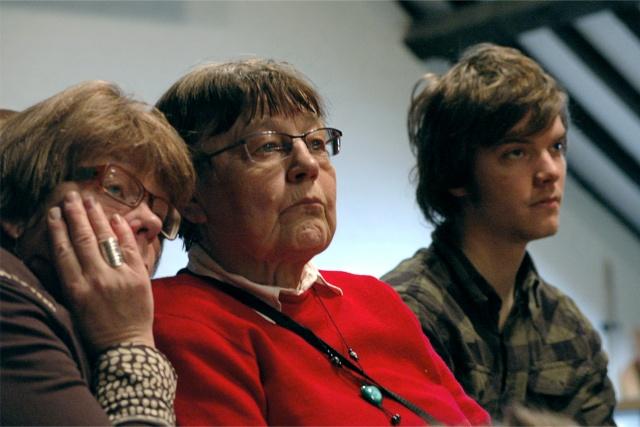 3 personer lyssnar uppmärksamt