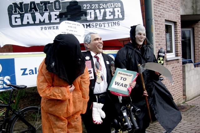 Skådespelare på gatan, utklädda till en guantanamo-fånge, George Bush och Döden.