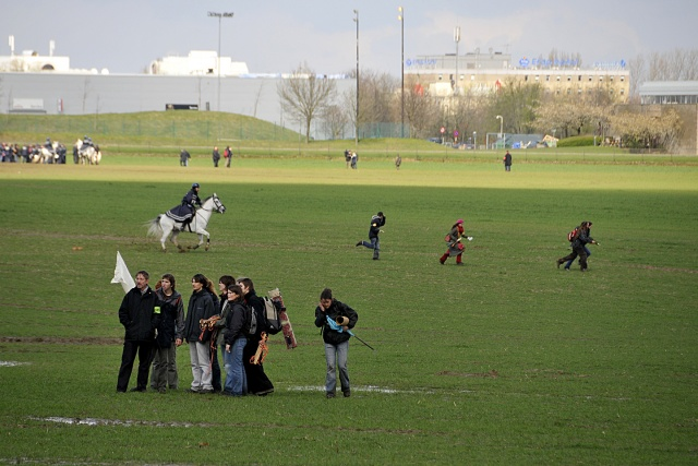 Demonstranter och berudna poliser på ett fält
