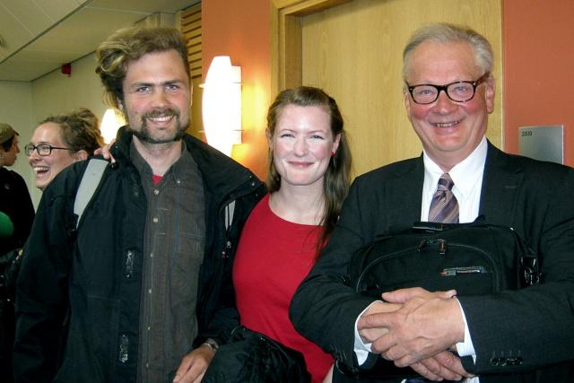 3 leende personer