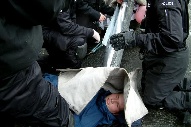 Poliser skär upp ett tublås