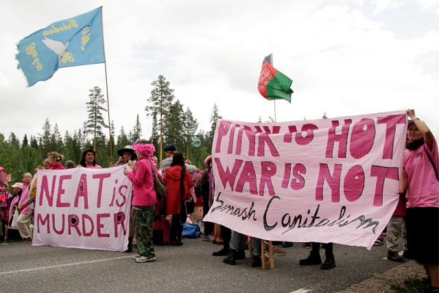 "Demonstration med banderoller: ""Neat is murder"" och ""Pink is hot - war is not"""