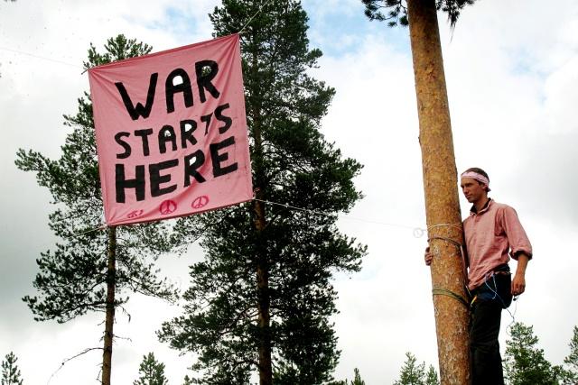 "Banderoll i träd: ""War Starts Here"""