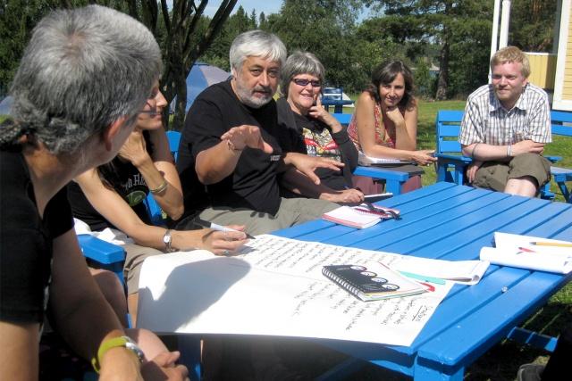 Möte runt ett bord utomhus