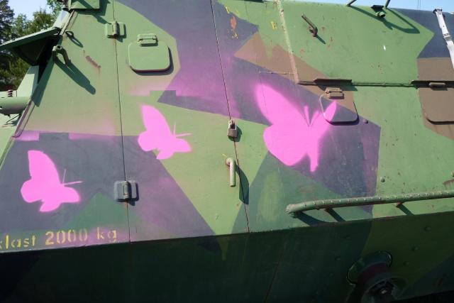 Bild på militärfordon målat med rosa fåglar