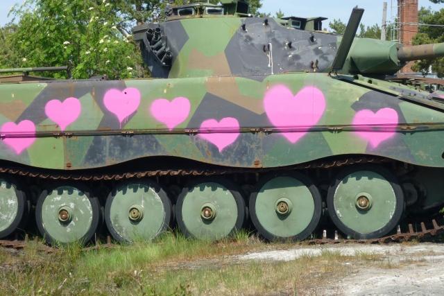 Bild på militärfordon målat med rosa hjärtan