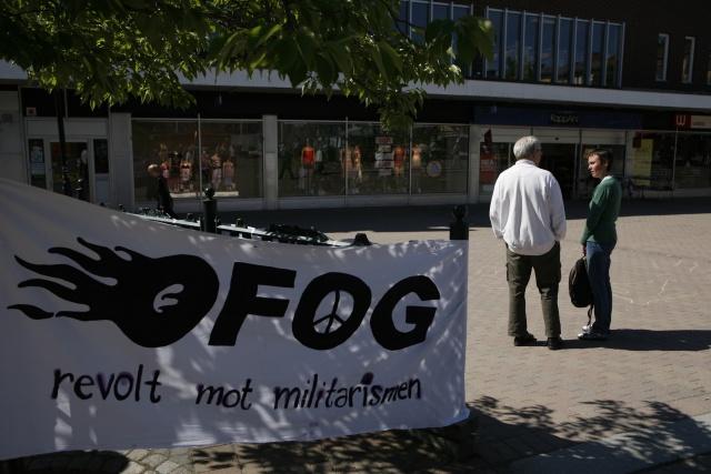 """Bild på Ofogbanderoll med texten """"Ofog-revolt mot militarism"""""""
