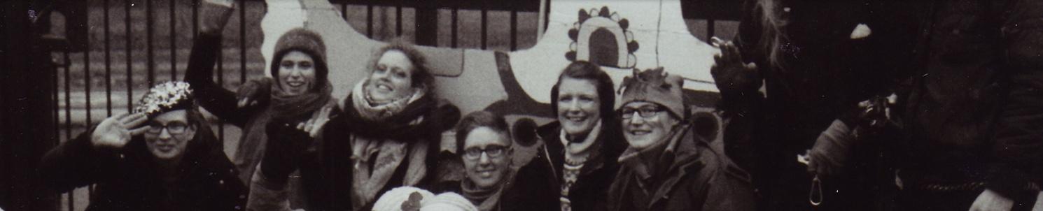 Gruppbild på medlemmar i Ofog framför grinden till Aldermaston