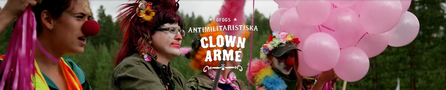 """Tre clowner och ett fång rosa ballonger. Text: """"Ofogs antimilitaristiska clownarmé"""""""