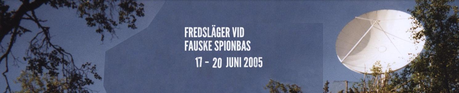 """Parabolantenn i skog. Text: """"Fredsläger vid Fauske spionbas.17-20 juni 2005"""""""