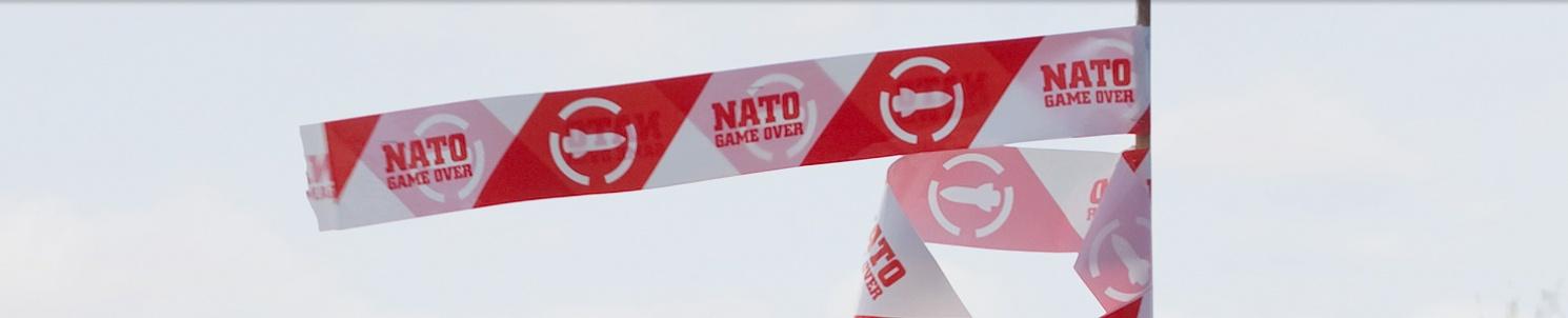 Nat Game Overs logotyp på en vimpel mot himlen