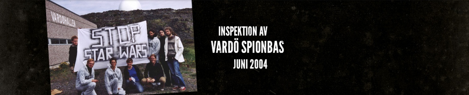 """Gruppbild framför Vardö spionbas, och en banner med texten """"Stop Star Wars"""""""