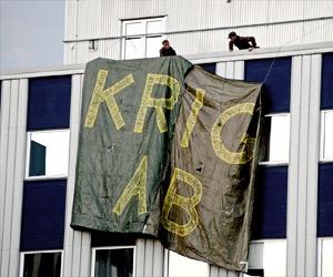 """Jättebanderoll på Bofors vägg med texten """"Krig AB"""""""