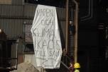 """Bild på banderoll med texten """"Vapen och klimatkaos till salu"""""""