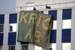 """En av bilderna som var beslagtagna - bilden visar en banderoll med texten """"KRIG AB"""" på en av Bofors vapenfabriker."""
