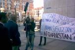 Bild på när Ofog frågar ut Carl Bildt om kriget i Afghanistan.