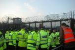 Bild på poliser utanför kärnvapenbasen Faslane i Skottland.