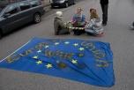 """Bild på tre aktivister som blockerar en väg och banderoll """"European War Union"""""""