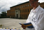 Bild på Ofog-aktivist utklädd till Hans Blix.