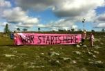 Bild på aktivister framför radarstation Palja, inne på NEAT