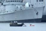 Två gummibåtar vid bredvid ett krigsfartyg