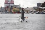 Kanot framför ubåt i Göteborgs hamn