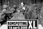 """Tre personer klättrar över taggtråd. Text: """"Bomspotting XL. 16 april 2005."""""""
