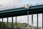"""Banderoll med texten """"NO NATO"""" hängs ned från Göta Älv-bron"""