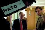 Två aktivister och en anställd inne på ambassaden