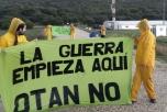"""Gulklädda aktivister står på en väg med banderoller: """"No to a Nuclear Nato"""""""