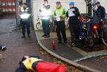 Bild på die-in och manifestation utanför Saab i Mölndal.